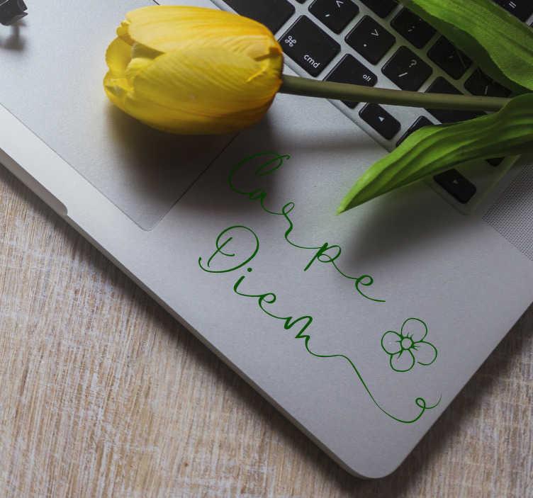 """TenStickers. Carpe diem blomster laptop sticker. Dekorere din bærbare computer med denne dekorative klistermærke, der illustrerer en enkel blomst og teksten """"carpe diem"""". Ekspres forsendelse 24 / 48h."""