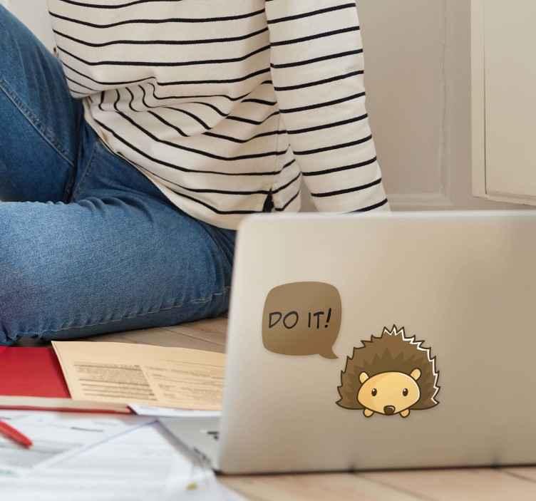 """TenStickers. Naklejka na laptopa jeż i napis """"do it"""". Naklejka na laptopa, przedstawiająca małego jeża i napis """"Do it!"""". Idealna dla wielbicieli tych stworzeń! Naklejka na każdą gładką powierzchnię!"""