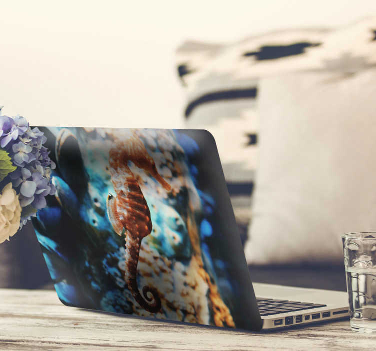 TenStickers. Naklejka na laptopa konik morski. Naklejka na laptopa, przedstawiająca konika morskiego na dnie podwodnego świata! Naklejka na każdą gładką powierzchnię!