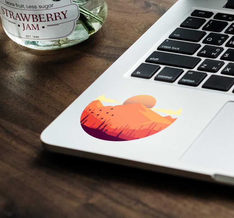TenVinilo. Vinilo para portátiles Relieve montañoso. Pegatina adhesiva redonda con el diseño de un paisaje montañoso en el que aparece una puesta de sol y algunos pájaros y árboles.