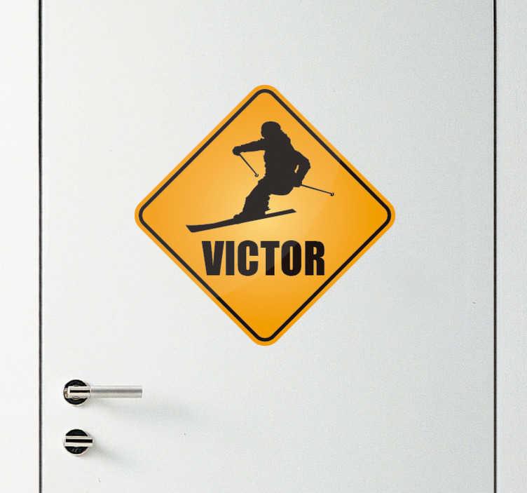 TenStickers. Deursticker ski teken met naam. Deursticker met een ski teken, die u kunt personaliseren met een naam of tekst naar keus. Afmetingen aanpasbaar. Voordelig personaliseren.