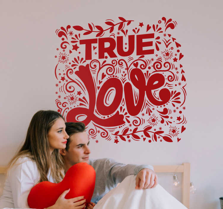 """TenStickers. Naklejka na ścianę do domu """"True love"""". Wyraź miłość do swojej drugiej połówki z naklejką z napisem """"True love""""! Dekoracja otoczona jest gwiazdkami i kwiatkami. Codziennie nowe projekty!"""