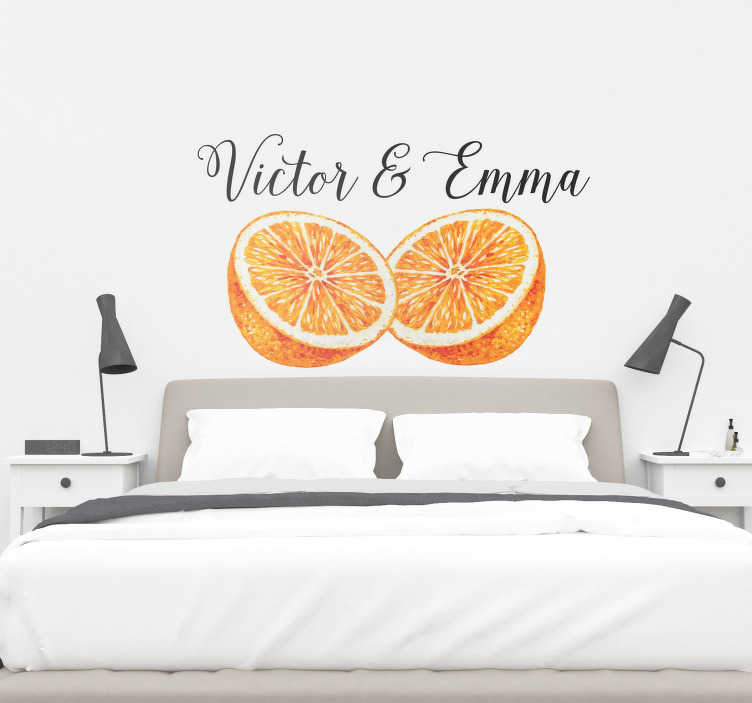 TenStickers. Naklejka do sypialni dwie połówki z imionami. Naklejka przedstawiająca dwie połówki pomarańczy z imieniem Twoim i Twojego partnera! Idealna na każdą gładką powierzchnię!