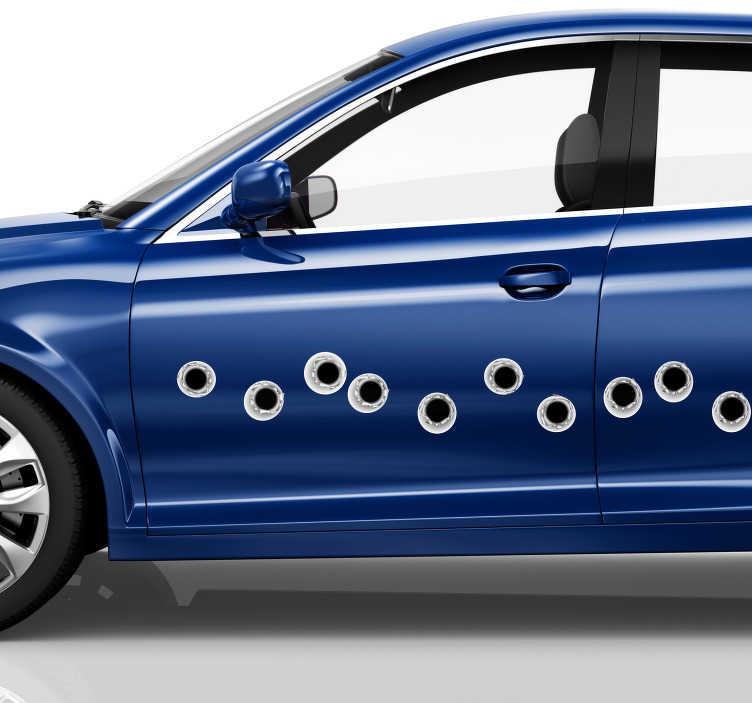 TenStickers. Auto decoratie sticker kogels. Deze indrukwekkende, realistische voertuig sticker omvat kogelgaten waarmee u iedereen kunt laten geloven dat uw auto is beschoten.