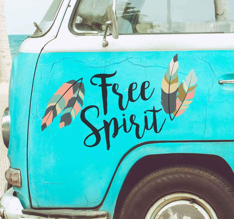 """TenStickers. Naklejka na samochód """"Free spirit"""". Naklejka dla wszystkich, którzy uwielbiają podróże swoim autem! Przedstawia ona napis """"Wolny duch"""" w języku angielskim! Ceny już od 8,75 zł!"""