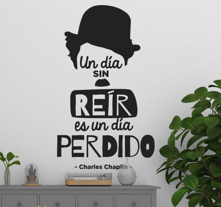 """TenVinilo. Vinilo frase célebre Charles Chaplin. Pegatina adhesiva formada por la frase célebre de Charles Chaplin """"Un día sin reír es un día perdido"""", acompañada de su sombrero y bigote."""