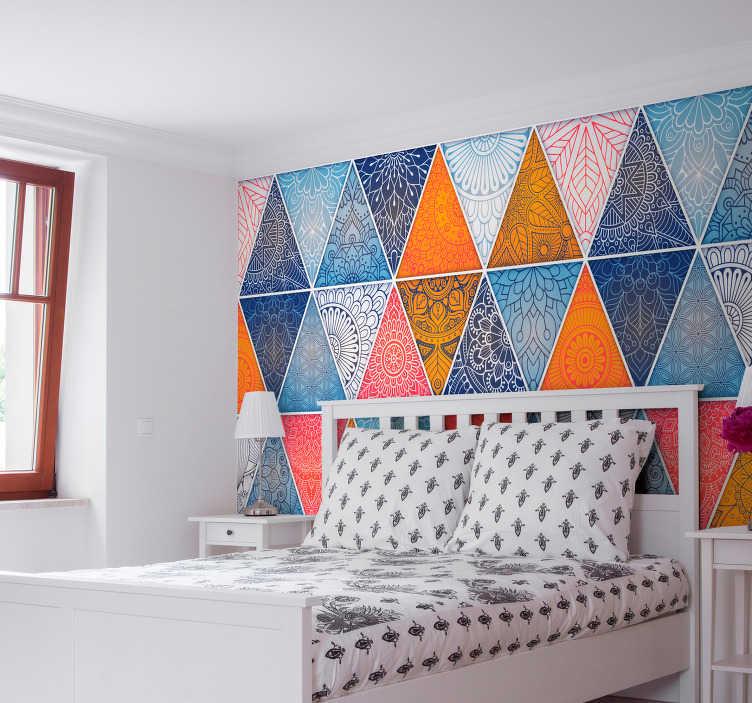 TenStickers. Sticker Maison Mandala Géométrique. Cet autocollant pour tête de lit représente un motif de mandala géométrique, composé surtout de plusieurs triangles de toutes les couleurs