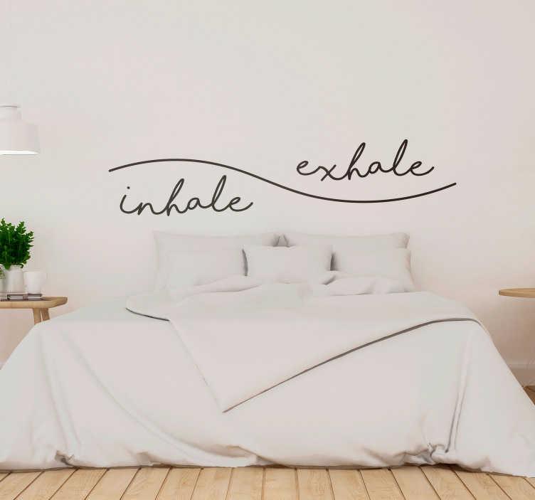 TenStickers. Nefes teneffüs başlığı çıkartması. Bu fantastik aşk ilham duvar metin etiketi ile evinizi, ancak özellikle yatak odanızı dekore edin! Son derece uzun ömürlü malzeme.