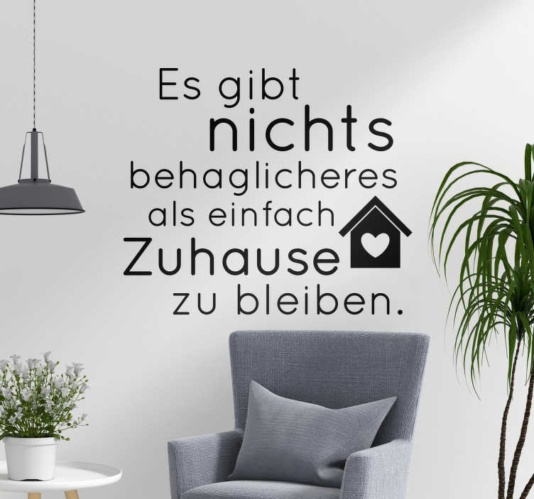 TenStickers. Wandtattoo Zimmer Zuhause bleiben. Ein wunderschöner Wandspruch, der dem Zuhause sein gewissen Flair verleiht. Der Aufkleber passt sehr gut ins Wohnzimmer oder Schlafzimmer.