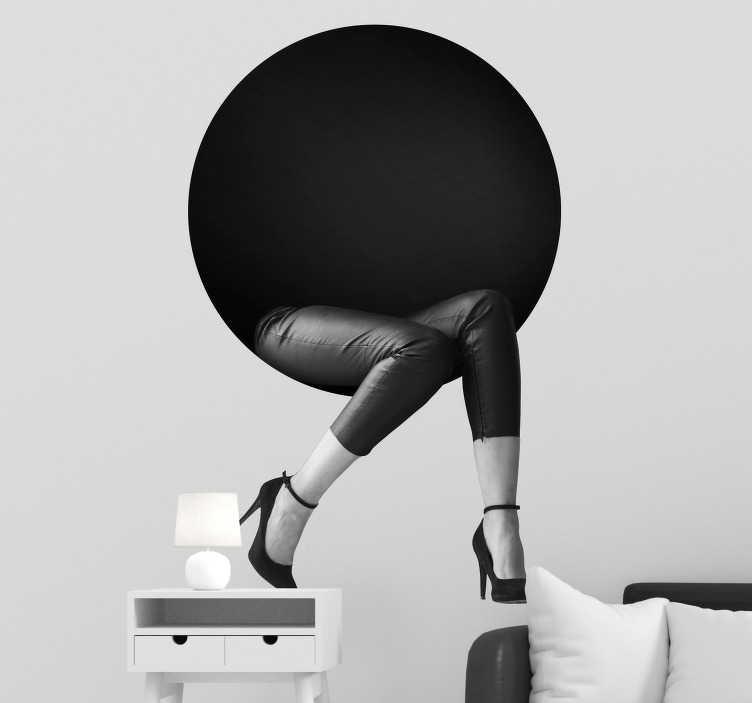 TenStickers. Muurstickers woonkamer kunstzinning design. Een kunstzinnige muusticker van een rondje en twee elegante benen met hakken die eruit steken, perfect voor uw inloopkast! Trendy muurdecoratie!