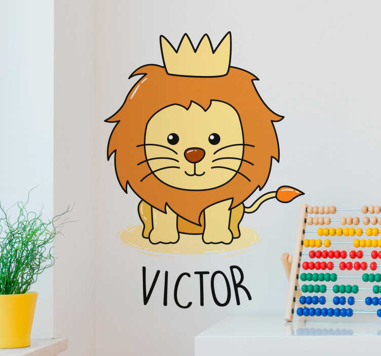 TenStickers. Sticker Maison Bébé Lion Dessin. Sticker animal Chambre d'enfant Petit lion Petit roi Lumière et couleurs chaudes Illustration originale qui donne le sourire Cadeau original