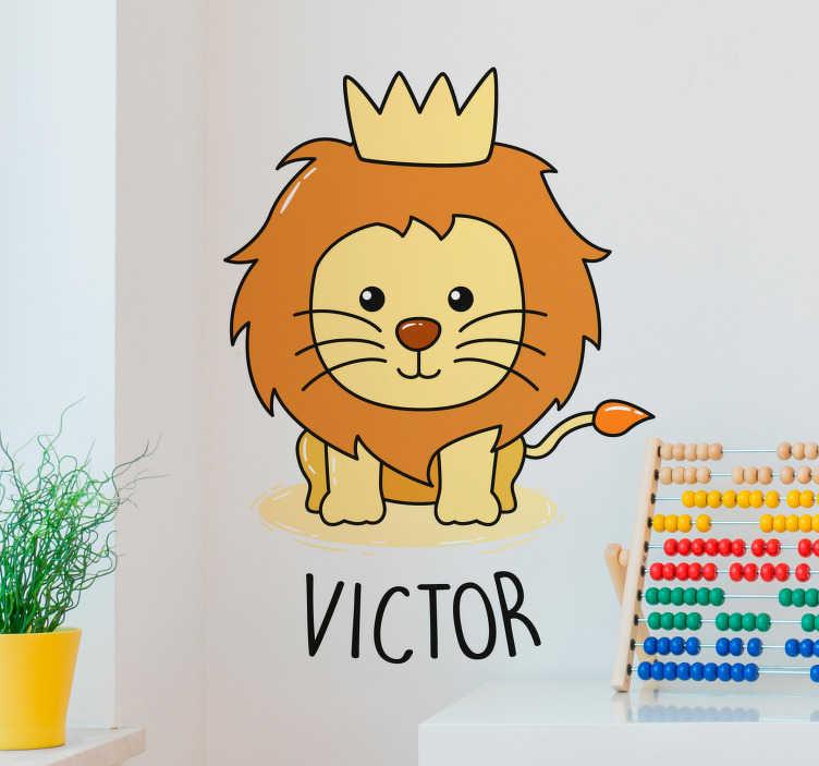 TenVinilo. Vinilo animal salvaje Dibujo bebé león. Original pegatina adhesiva para personalizar formada por el diseño de un tigre bebé con una corona. +50 Colores Disponibles.