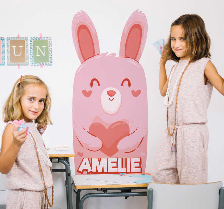 TenStickers. Naklejka zwierzęta Różowy królik dla dzieci. Spersonalizowne naklejki dla dzieci z królikiem to nie jedyne naklejki, które mogą ozdobić pokój dziecięcy lub każde inne wnętrze lub powierzchnię.