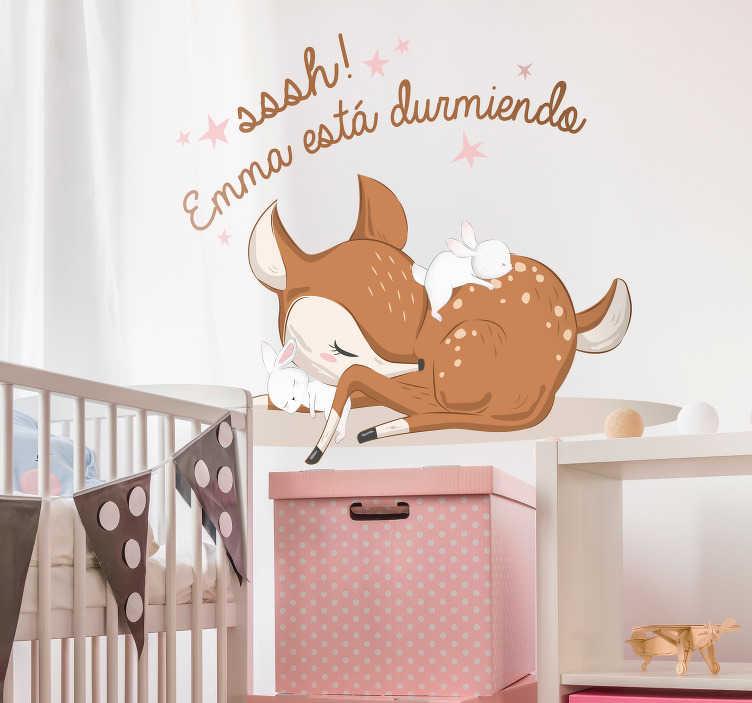 """TenVinilo. Vinilo infantil ciervo durmiendo con nombre. Pegatina personalizable formada por el diseño de un cervatillo acompañado del texto """"Sssh! X está durmiendo"""". Descuentos para nuevos usuarios."""