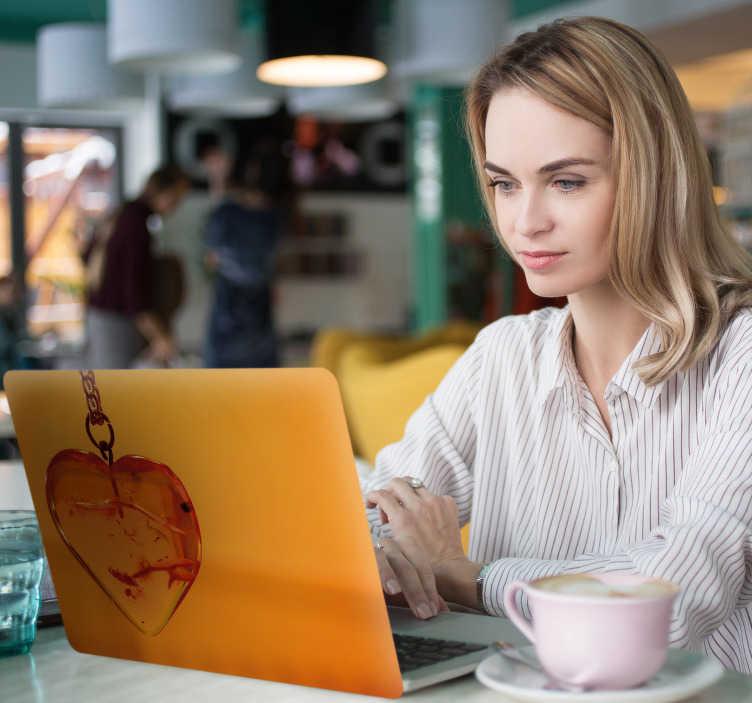 TenStickers. Naklejka na laptopa Serce z bursztynu. Naklejka na laptopa, tablet lub na telefon to idealny pomysł na dekorację Twojego urządzenia. Zamów naklejki z bursztynem w kształcie serca!