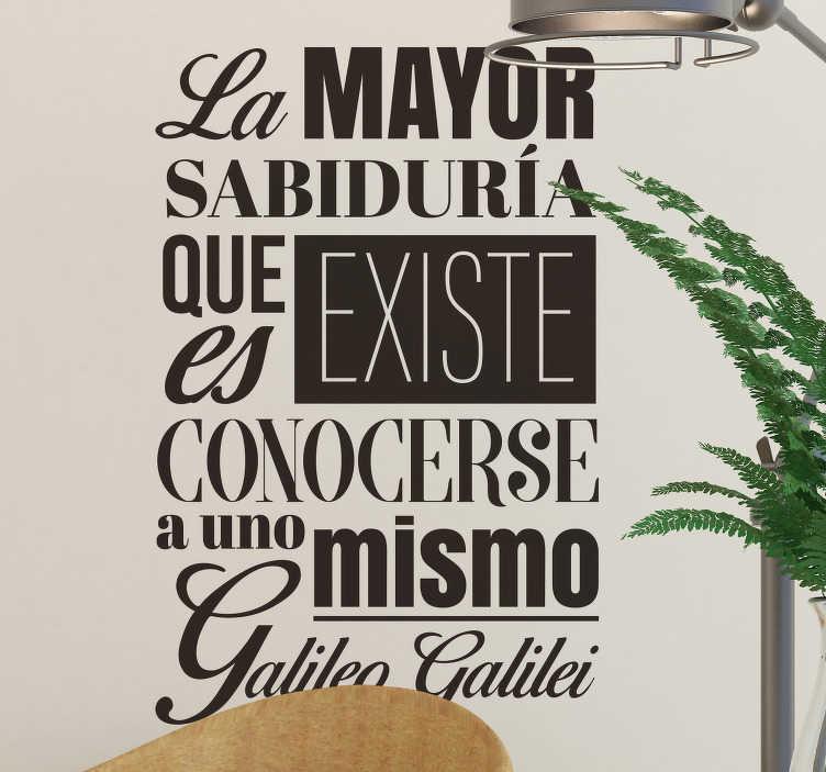"""TenVinilo. Vinilo pared frase célebre Galileo Galiei. Pegatina adhesiva formada por una frase célebre de Galileo Galilei """"La mayor sabiduría que existe es conocerse a uno mismo"""". +50 Colores Disponibles."""