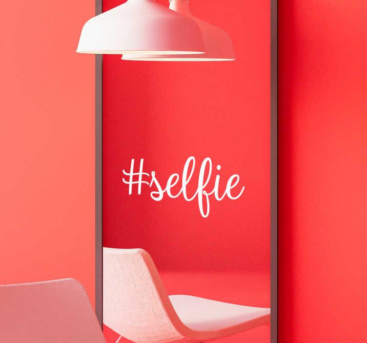 TenStickers. Sticker Miroir Hashtag Selfie. Ce sticker mural maison #selfie ira à merveille à n'importe quelle pièce de votre intérieur, pour un résultat photogénique