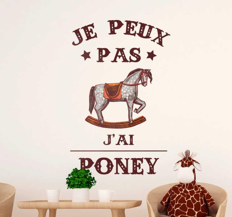 """TenStickers. Sticker Chambre Enfant Je peux pas j'ai poney. Parce que les vieilles plaisanteries sont toujours les meilleures, cet autocollant mural de texte """"je peux pas j'ai poney"""" a été désigné pour vous !"""