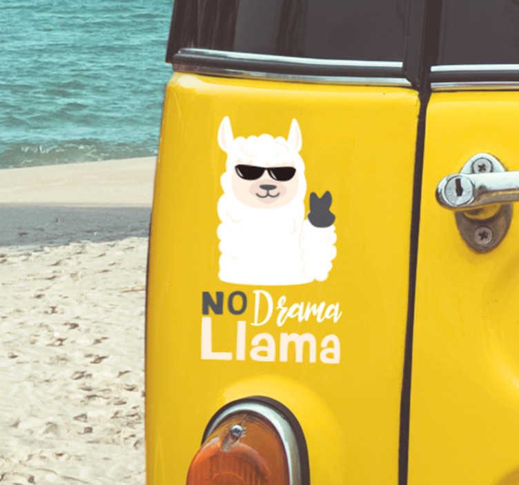 """TenStickers. Naklejka na samochód No drama llama. Zamierzasz udekorować auto w interesujący sposób? Nasze naklejki na samochod z psem i napisem """"Nie krzywdź"""" mogą ułatwić Ci to zadanie."""