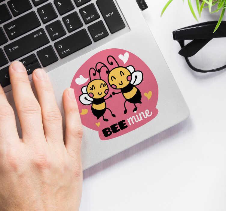 """TenStickers. Autocollant Ordinateur Abeilles """"Bee Mine"""". Les adorables petites abeilles de cet autocollant dessin représentent un autocollant amour idéal comme cadeau, pour tout type d'appareil !"""