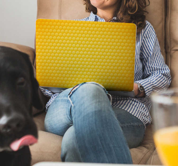 TenStickers. Naklejka na laptopa Plaster miodu. Myślisz jak nieszablonowo ozdobić laptopa lub inne urządzenie takie jak smartphone? Zobacz nasze naklejki na laptopy z plastrem miodu.