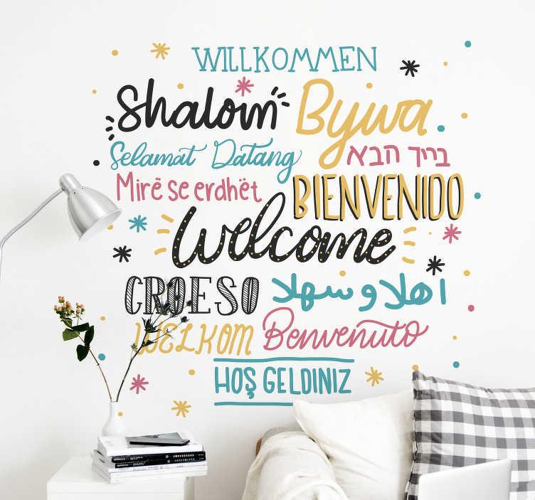 """TenStickers. Cytat na ścianę Powitanie w językach świata. Naklejki na ścianę napisy do salonu to ciekawy pomysł na dekorację tego pomieszczenia. Sprawdź naklejkę z napisem """"Witamy"""" w różnych językach świata."""