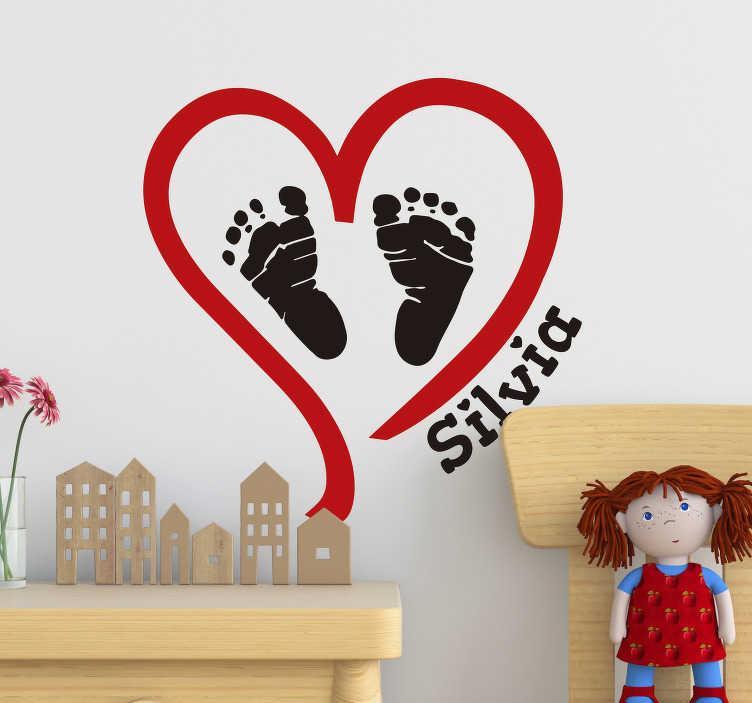 TenStickers. Sticker Chambre Enfant Coeur avec prénom. Jamais déclarer votre amour à votre enfant n'aura été aussi simple avec ce dessin autocollant mural de coeur au prénom personnalisable