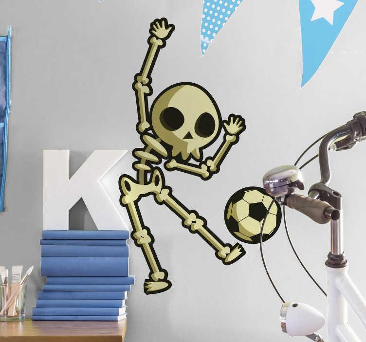 TenStickers. Sticker Maison Dessin Squelette jouant au foot. Cet autocollant de sport représente un petit squelette en train de jouer au football avec entrain. Un sticker monstre idéal pour une chambre d'enfant