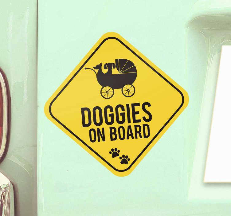"""TenStickers. Sticker Bébé à Bord Doggies on Board. Pour un sticker tuning pour vos adorables bébés chiens d'amour, ce sticker pour voiture """"doggies on board"""" sera parfait !"""