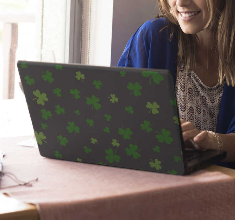 TenStickers. Naklejka na laptopa Zielone koniczyny. Chciałbyś lub chciałabyś nieszablonowo ozdobić laptopa lub inne urządzenie takie jak smartphone? Zobacz nasze naklejki z koniczyną w zieleni.