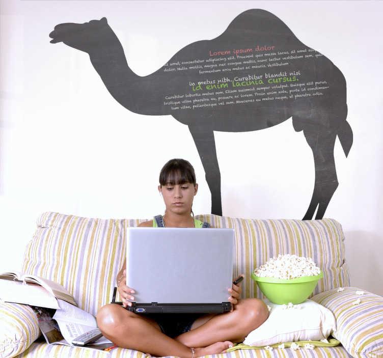 TenStickers. Adesivo murale lavagna cammello. Sticker decorativo che raffigura un cammello del deserto. Nulla di piú esotico per annotare i tuoi pensieri e fare la lista della spesa.