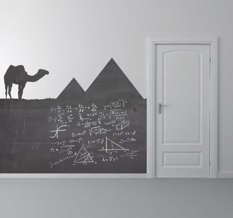 TenStickers. Sticker krijtbord Egypte piramides. Een leuke muursticker met hierop een kameel in de woestijn van Egypte langs de bekende piramiden dat kan dienen als krijtbord.