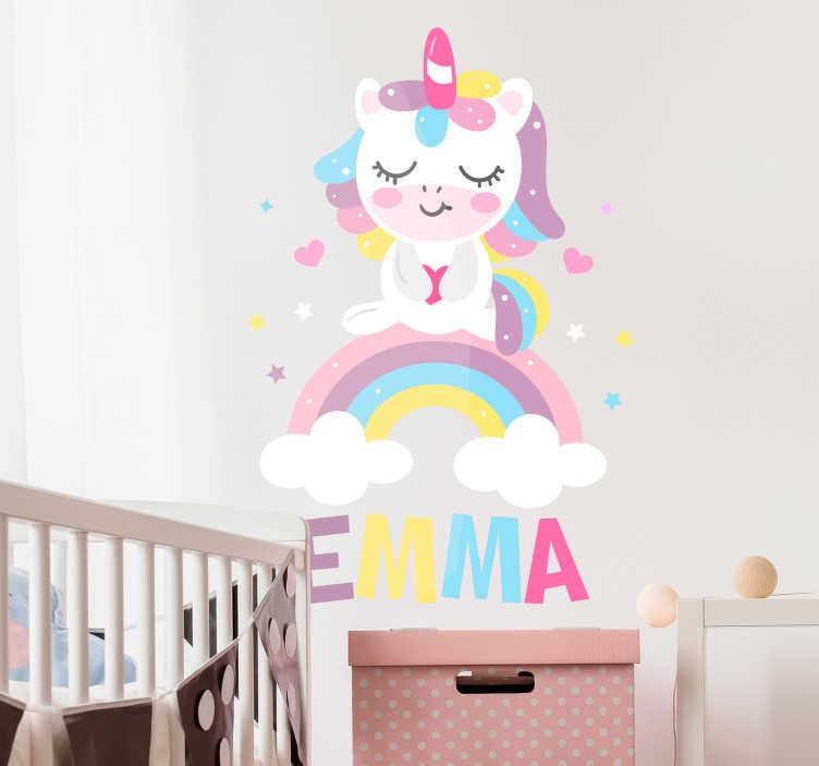 TenStickers. 아이를위한 유니콘 벽 스티커를 자고. 당신의 아이 침실을위한 귀여운 잠자는 유니콘! 이 동화 벽 장식은 원하는 이름에 맞게 꾸며질 수 있습니다.