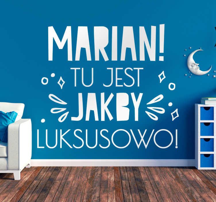 """TenStickers. Cytat na ścianę Napis Tu jest jakby luksusowo. Naklejki na ścianę napisy do salonu to świetny pomysł na eleganckie dekoracje domu. Sprawdź naklejki z napisem """"Marian, tu jest jakby luksusowo""""."""