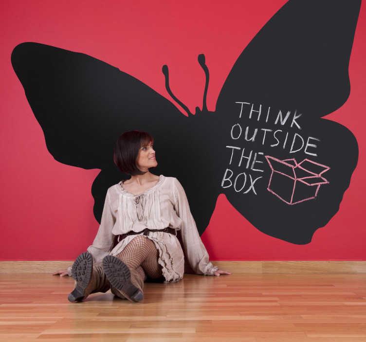 TenStickers. Motýl silueta tabule samolepka. Krásná tabule obtisk se silueta motýla! Použijte tuto samolepku na stěny motýlů, abyste zapisovali myšlenky a plány prakticky při zachování vizuálně příjemného estetického vzhledu vašeho domácího dekorace.