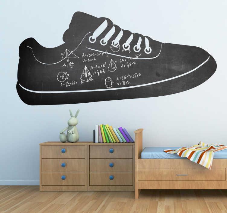 TenStickers. Sticker krijtbord schoen sneaker. Een leuke muursticker van een zwarte schoen met witte veters dat kan dienen als schoolbord. Een leuke decoratie sticker voor uw creatieve kinderen.