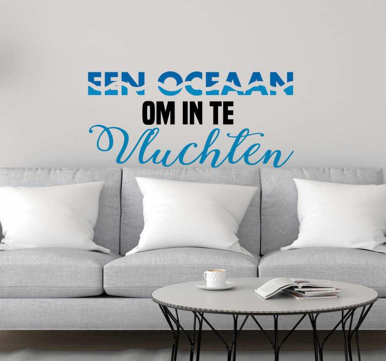TenStickers. Motivatiesticker Een oceaan om in te vluchten. Deze 'Oceaan om in te vluchten' tekst muursticker is de ideale manier om de ruimtes binnen jouw huis een kalmerende sfeer te geven.