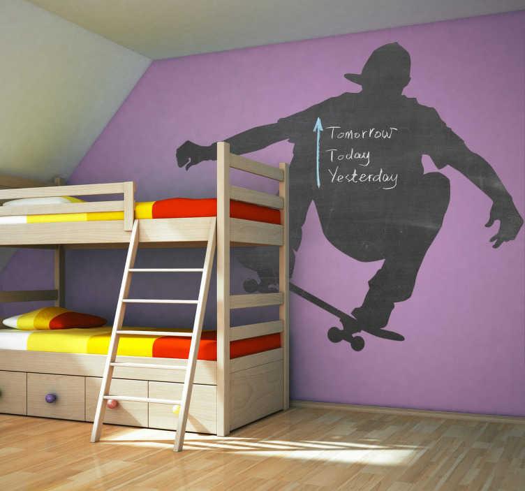 TenStickers. Naklejka deskorolkarz. Naklejka typu tablica kredowa przedstawiająca sylwetkę chłopaka wykonującego wyskok na deskorolce. Idealna do pokoju chłopięcego!