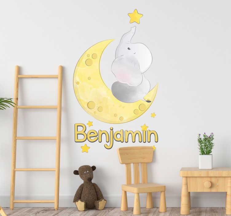 TenStickers. Sticker Maison Lune et Éléphant. Cette adorable bébé éléphant essaye d'attrapper une étoile du bout de sa trompe. Donnez-lui le nom de votre enfant pour une déco personnalisée !
