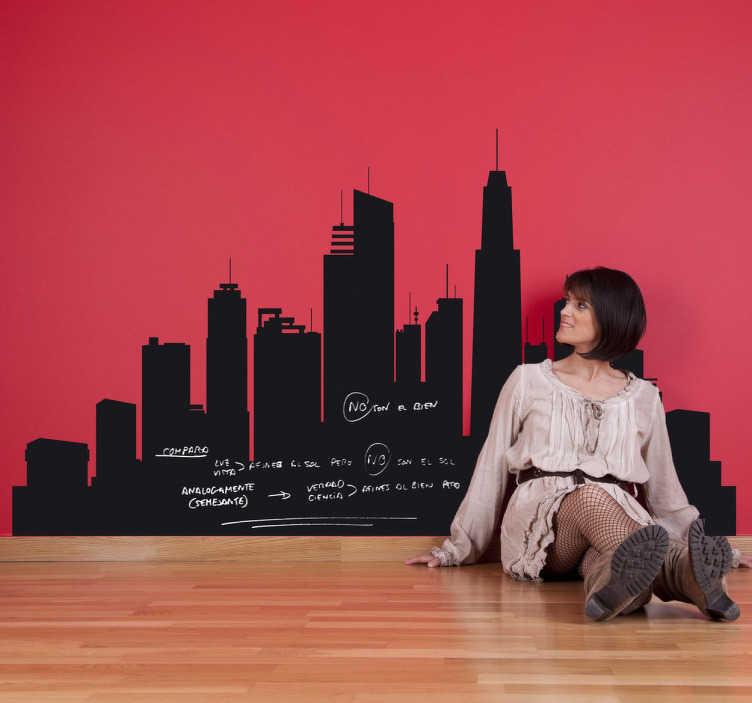 TenStickers. Vinil decorativo quadro preto ardósia cidade. Vinil decorativo com uma silhueta de uma cidade moderna com edifícios altos. Adesivo de parede em quadro preto de ardósia para poder escrever.
