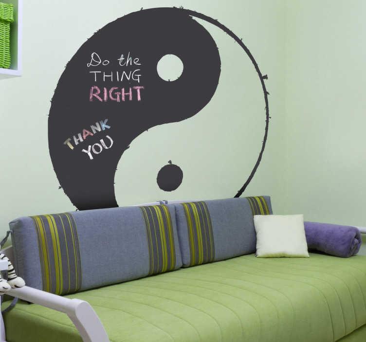 TenStickers. Naklejka tablica Yin i Yang. Naklejka dekoracyjna typu tablica kredowa przedstawiająca znak Yin i Yang. Inspiruje Cię filozofia chińska? Praktyczna naklejka musi znaleść się w Twoim wnętrzu.