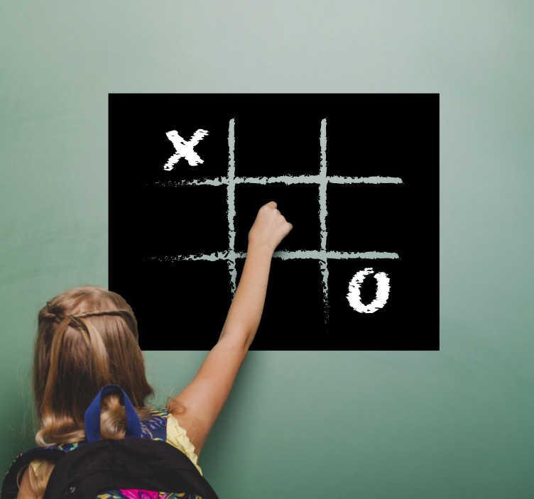TenStickers. Krijtbord sticker kruisje nulletje. Unieke krijtbord sticker kruisje nulletje spelletje, woonkamer muurdecoratie! Het kruisje nulletje krijtbordsticker, geschikt voor elk huishouden.