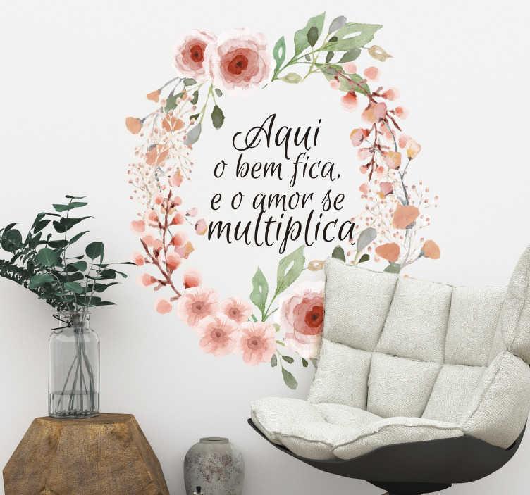 """TenStickers. Autocolante para quarto infantil O amor fica. Autocolante decorativo de flores e plantas com a frase """"Aqui o bem fica e o amor se multiplica"""" é muito elegante e bonito."""