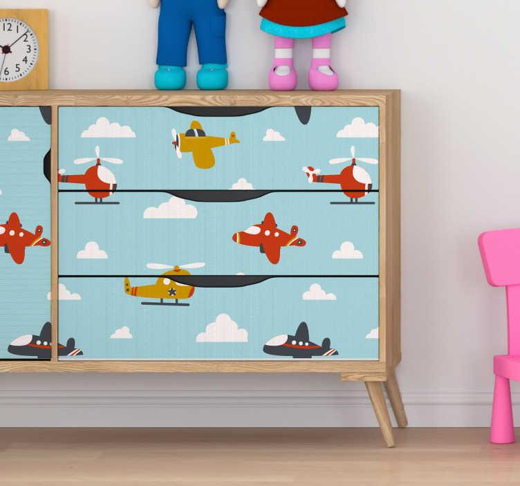 TenStickers. Meubelstickers vliegtuig in de lucht. Deze stickervel met verschillende vliegtuigjes is de perfecte decoratie voor de meubels in de kamers van jouw kinderen mee te versieren.