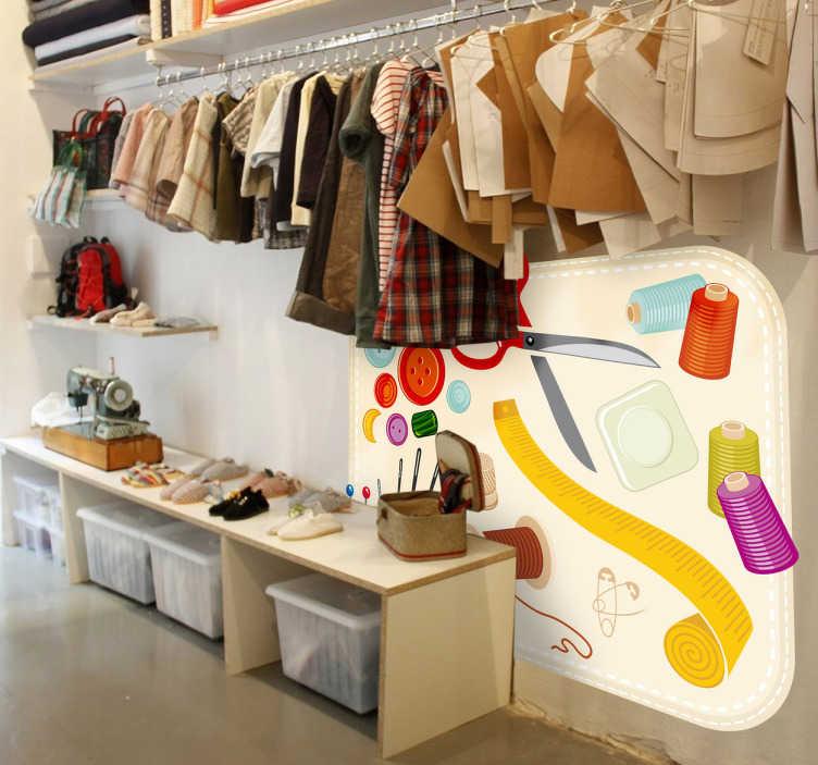 TenStickers. Naklejka dekoracyjna przybory do szycia. Ładna naklejka dekoracyjna do sklepu odzieżowego lub z tkaninami. Obrazek przedstawia wszystkim znane przybory do szycia.