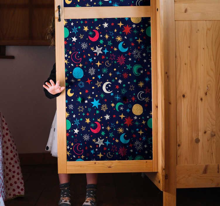 TenStickers. Sticker Meuble Ciel étoilé coloré. Ce magnifique adhésif pour meuble tout étoilé égaiera à merveille votre chambre d'enfant, pour le faire rêver chaque nuit.