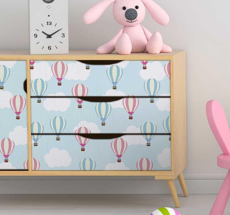 TenStickers. Albastru și roz balon autocolant de mobilier. Vrei un autocolant original pentru copii? Acest vinil de mobilier din mai multe desene de nori și baloane va aduce o atmosferă liniștită.