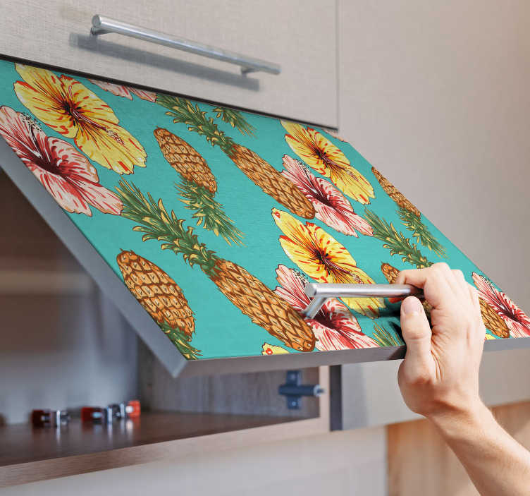 TenStickers. Sticker Meuble Fleurs et Ananas. Pour donner une ambiance chaleureuse et estivale à votre cuisine, rien de mieux que les motifs floraux et fruités de ce sticker pour meuble.
