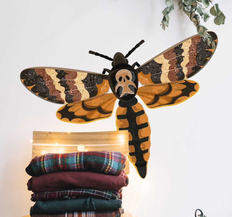 TenStickers. Sticker Maison Insecte avec Crâne. Cet autocollant mural dessin représente un insecte volant avec, sur son dos, une forme rappelant vaguement un crâne. Achat Sécurisé et Garanti.