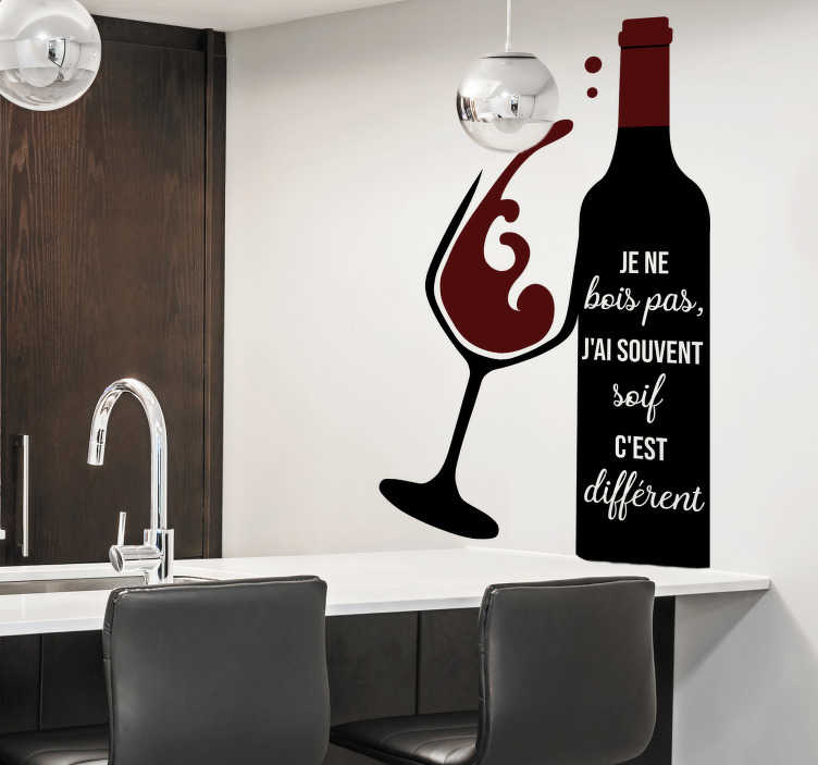 """TenStickers. Sticker Maison Citation Benoit Poelvoorde. Si vous voulez donner une touche d'humour à votre cuisine,rien de mieux que l'humour de Poelvoorde:""""je ne bois pas j'ai souvent soif c'est différent""""."""